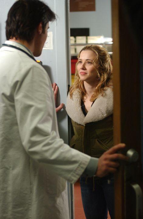 Sam (Linda Cardellini, r.) scheint zerstreut und abwesend, als Luka (Goran Visnjic, l.) sie fragt, was denn los sei, weicht sie ihm aus ... - Bildquelle: WARNER BROS