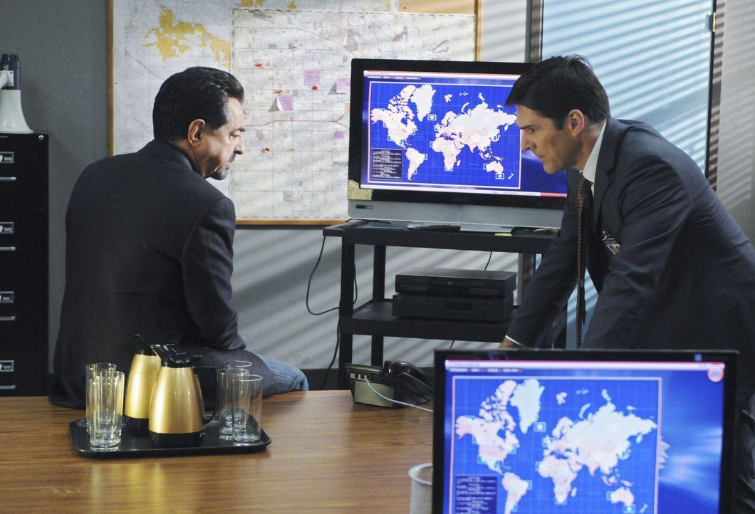 Bei den Ermittlungen in einem neuen Fall: Gibbs (Thomas Gibson, r.) und Rossi (Joe Mantegna, l.) ... - Bildquelle: Touchstone Television