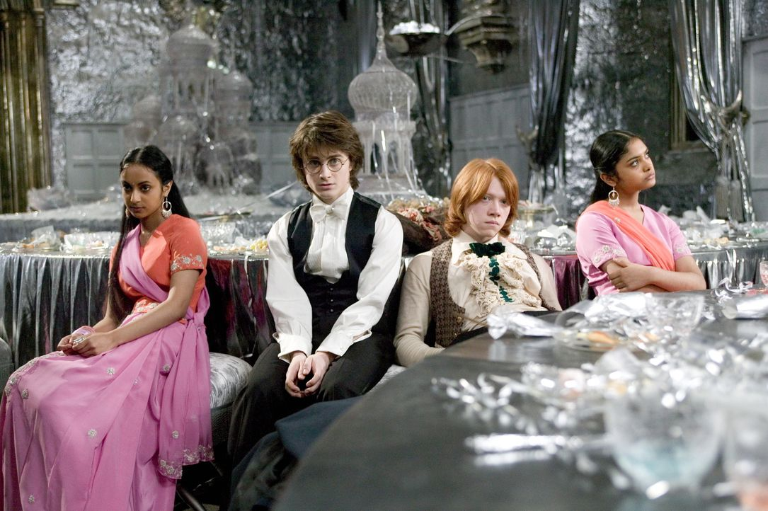 Der Weihnachtsball wird zu einem Desaster, da sowohl Ron (Rupert Grint, 2.v.r.) als auch Harry (Daniel Radcliffe, 2.v.l.) auf die Patil-Schwestern (... - Bildquelle: 2005 Warner Bros. Ent. Harry Potter Publishing Rights. J.K.R.