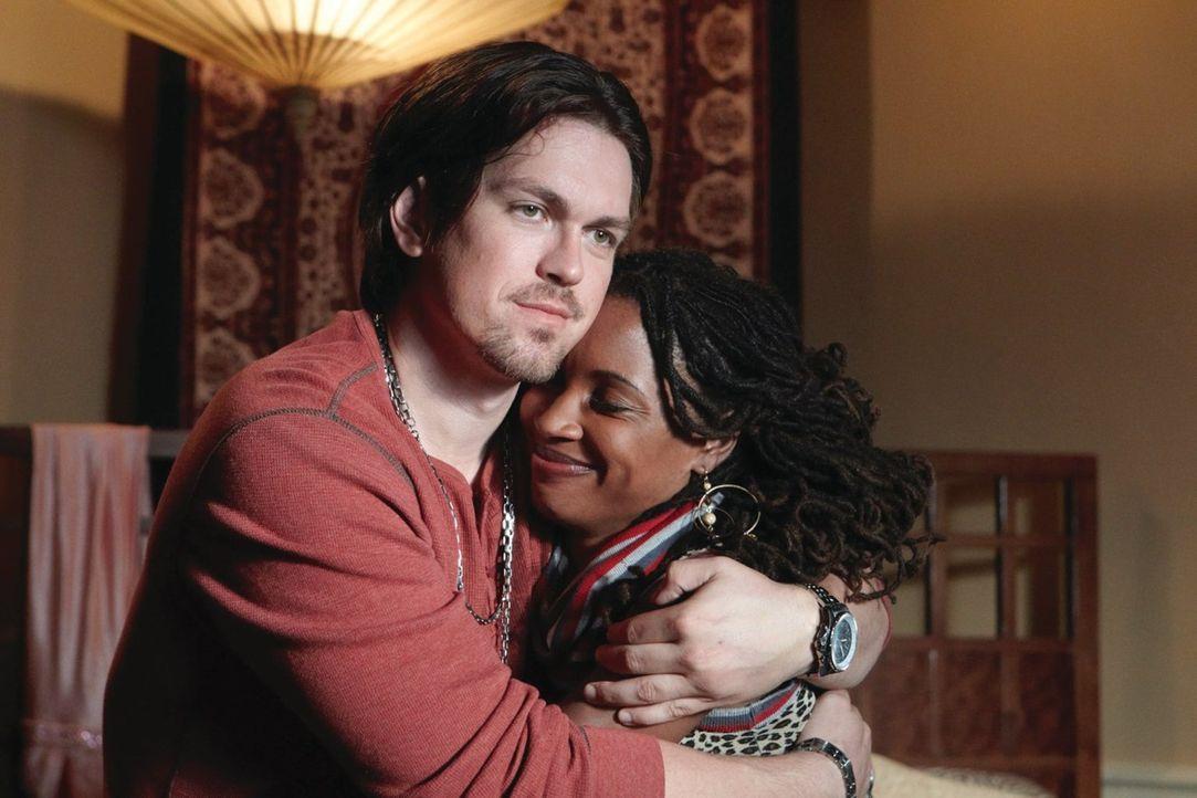 Wird die vorgetäuschte Hochzeit die Beziehung zwischen Kevin (Steve Howey, l.) und Veronica (Shanola Hampton, r.) verändern? - Bildquelle: 2010 Warner Brothers