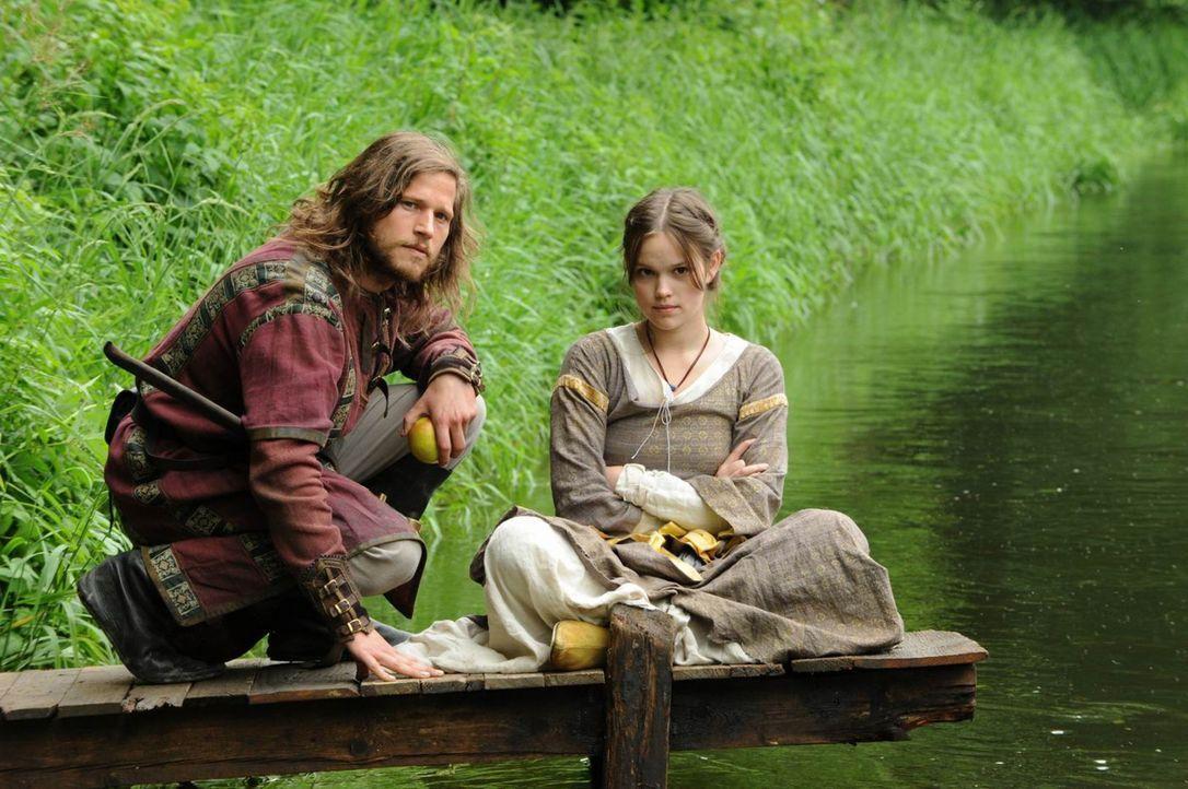 Noch glaubt Sophia von Laurin (Emilia Schüle, r.), dass Medicus Henning von der Braake (Sebastian Ströbel, l.) auf der Jagd nach dem Mörder ihrer... - Bildquelle: ProSieben
