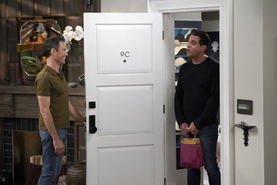 Wills (Eric McCormack, l.) Ex-Freund Vince (Bobby Cannavale, r.) taucht mit einer Überraschung bei ihm auf ... - Bildquelle: ProSieben (Komm./PR) 2017 NBCUniversal Media, LLC