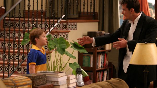 Charlie (Charlie Sheen, r.) begleitet seinen Bruder Alan und seinen Neffen Ja...