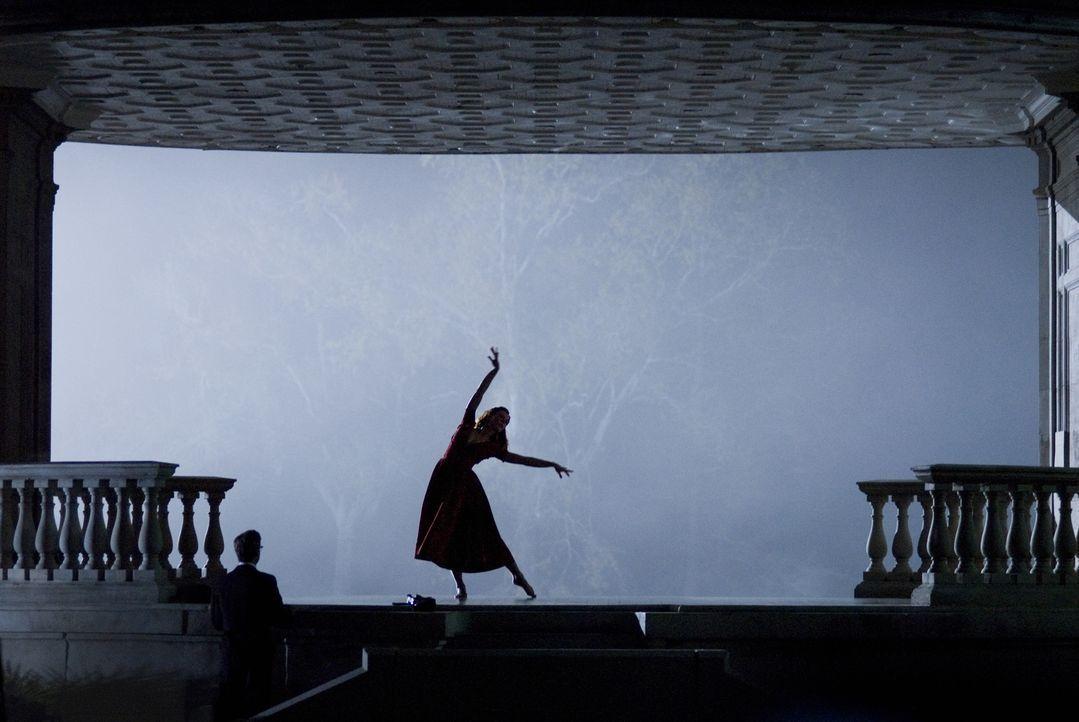 Nach vielen Jahren sucht Benjamin Button (Brad Pitt, l.) Daisy (Cate Blanchett, r.) in New Orleans auf. Als die inzwischen berühmte Balletttänzerin... - Bildquelle: 2009   Warner Brothers