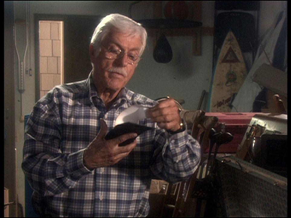 Dr. Mark Sloan (Dick Van Dyke) entdeckt in einem Abstellraum eine interessante Notiz ... - Bildquelle: Viacom