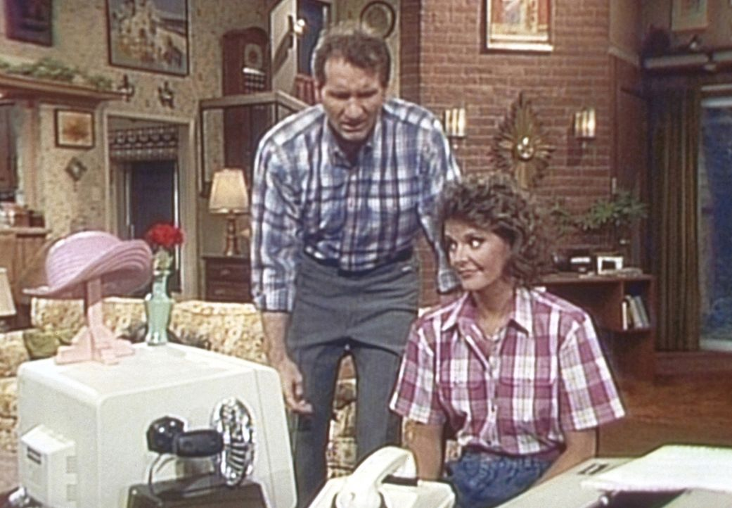 Weil der Computer zu einem Hutständer verkommen ist, versucht Al (Ed O'Neill, l.) ihn an Marcy (Amanda Bearse, l.) zu verkaufen. - Bildquelle: Sony Pictures Television International. All Rights Reserved.