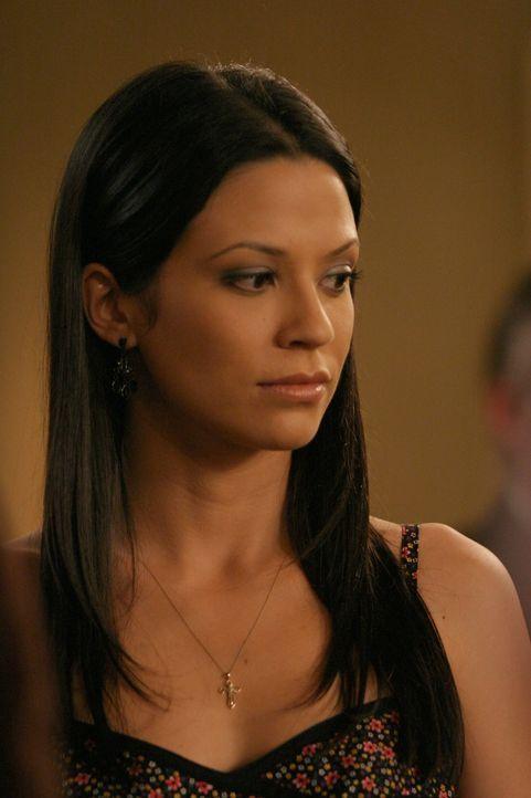 Theresa (Navi Rawat) will in Newport bleiben, worüber sich Ryan sehr freut ... - Bildquelle: Warner Bros. Television