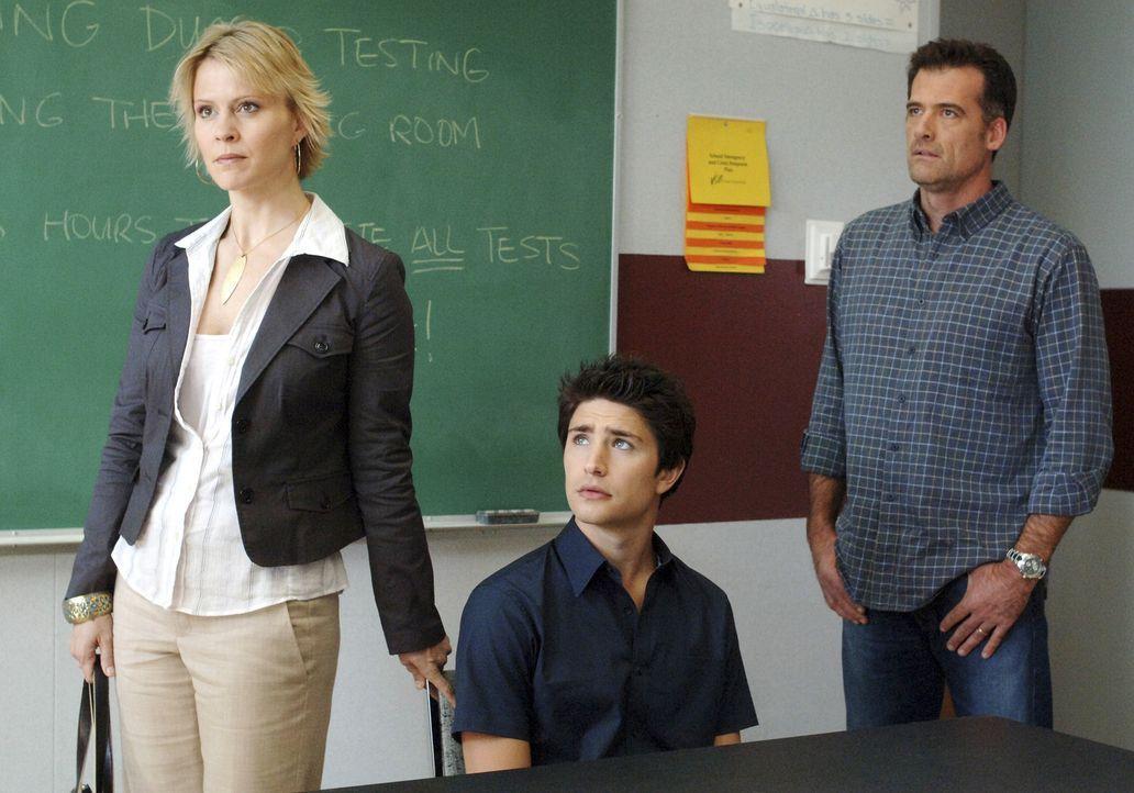 Melden Kyle (Matt Dallas, M.) an der Highschool an: Nicole (Marguerite MacIntyre, l.) und Stephen (Bruce Thomas, r.) ... - Bildquelle: TOUCHSTONE TELEVISION