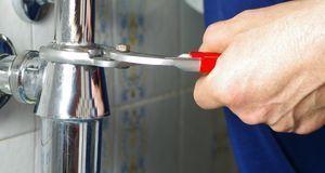 Bevor der Siphon Waschbecken-kompatibel ist, muss er meist gekürzt werden. Da...