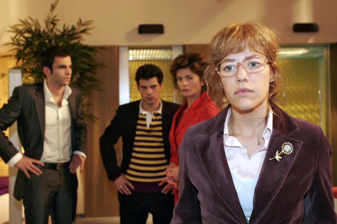Lisa (Alexandra Neldel, r.) ist zutiefst verletzt, als David (Mathis Künzler, l.) sie in Gegenwart von Rokko (Manuel Cortez, 2.v.l.) und Sophie (Gab... - Bildquelle: Noreen Flynn Sat.1