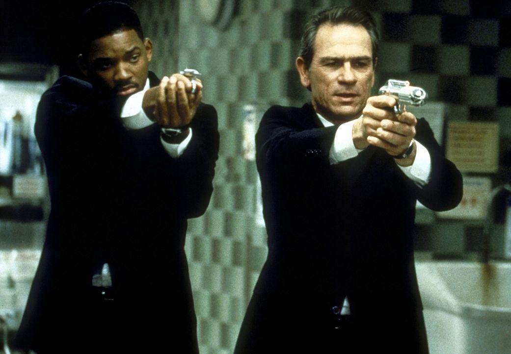 Die ausgebufften Agenten K (Tommy Lee Jones, r.) und J (Will Smith, l.) sollen eine gigantische Kakerlake vernichten ... - Bildquelle: Columbia TriStar
