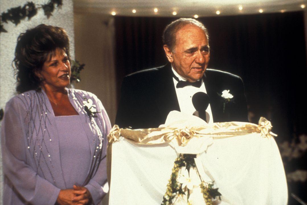 Mama Maria (Lainie Kazan, l.) hat längst resigniert und Papa Gus (Michael Constantine, r.) will seine Tochter auch gegen ihren Willen nach Griechen... - Bildquelle: 20th Century Fox of Germany