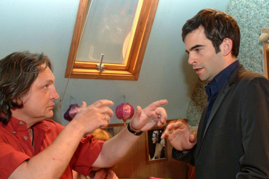 Als Bernd (Volker Herold, l.) David (Mathis Künzler, r.) in Lisas Zimmer ertappt, gibt er ihm unsanft zu verstehen, dass er umgehend verschwinden s... - Bildquelle: Sat.1