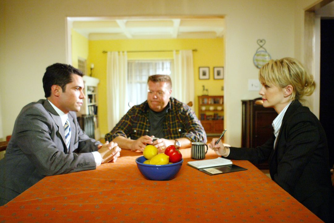 Det. Scott Valens (Danny Pino, l.) und Det. Lilly Rush (Kathryn Morris, r.) befragen  Brad Atwater (Joel McKinnon Miller, M.). Weiß er vielleicht do... - Bildquelle: Warner Bros. Television