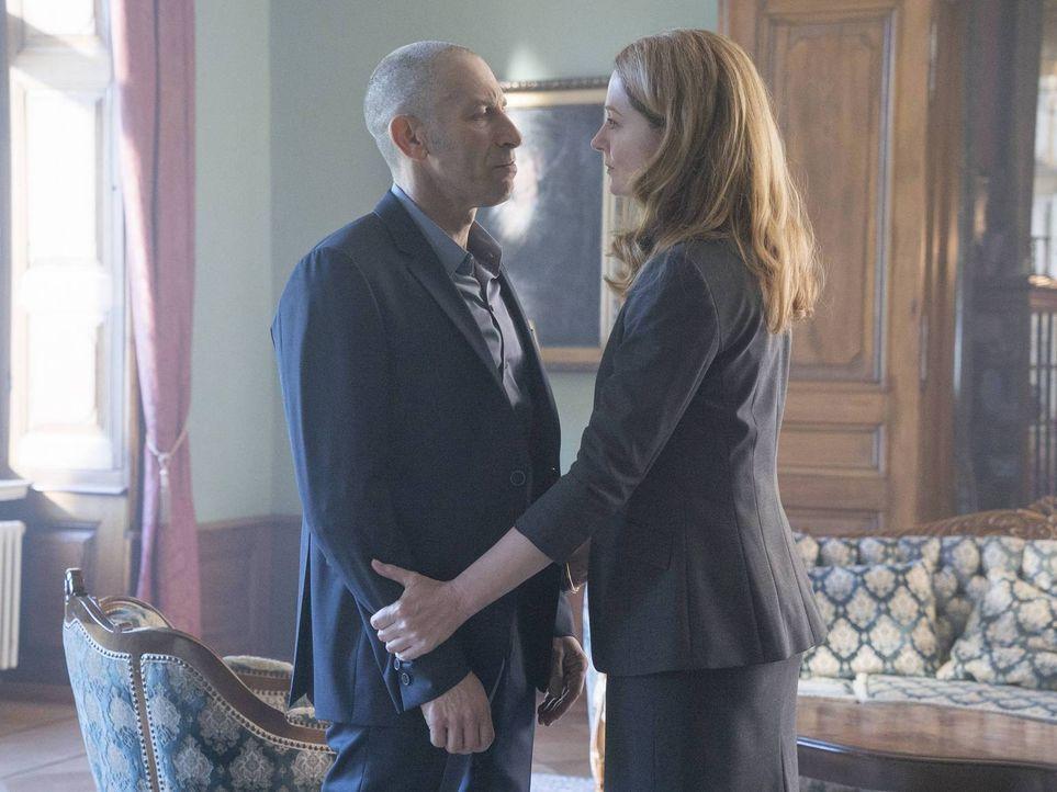 Werden sie in die Falle von Carrie und Saul tappen? Allison (Miranda Otto, r.) und Ivan (Mark Ivanir, l.) ... - Bildquelle: Stephan Rabold 2015 Showtime Networks, Inc., a CBS Company. All rights reserved.