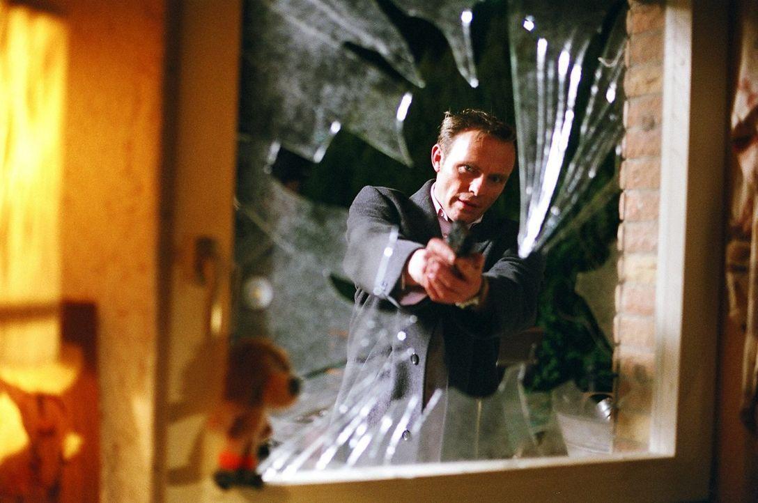 Falk (Dirk Martens) schießt auf Wiberti, der mit Hilfe des Hundes Willy an Kaisers Millionen gelangt ist. - Bildquelle: Thekla Ehling Sat.1