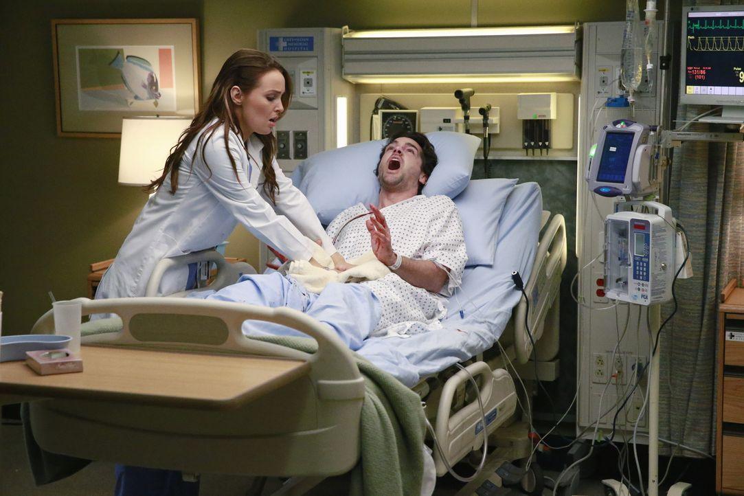 Ein Mann kommt stark blutend in die Notaufnahme. Es ist der Koch Thomas Archibald (Jackson Hurst, r.), seine Frau hat ihm den Penis abgeschnitten, w... - Bildquelle: ABC Studios
