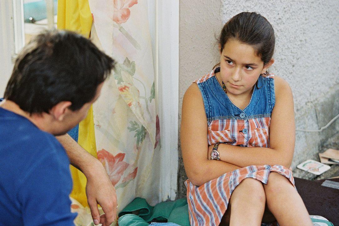 Jochens (Hans Werner Meyer, l.) Erklärungsversuche stoßen bei seiner Tochter Emma (Sophie Pflügler, r.) auf Unverständnis ... - Bildquelle: Erika Hauri Sat.1