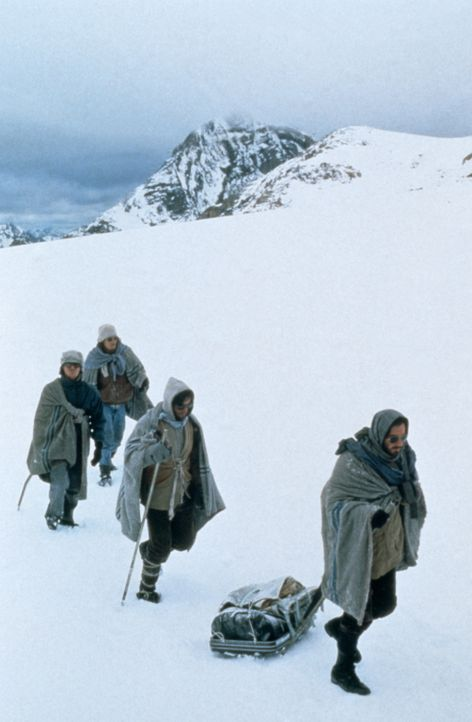 Nach einem Flugzeugabsturz in den Anden machen sich vier der Überlebenden auf den beschwerlichen Weg, um Hilfe zu holen ... - Bildquelle: Buena Vista Pictures