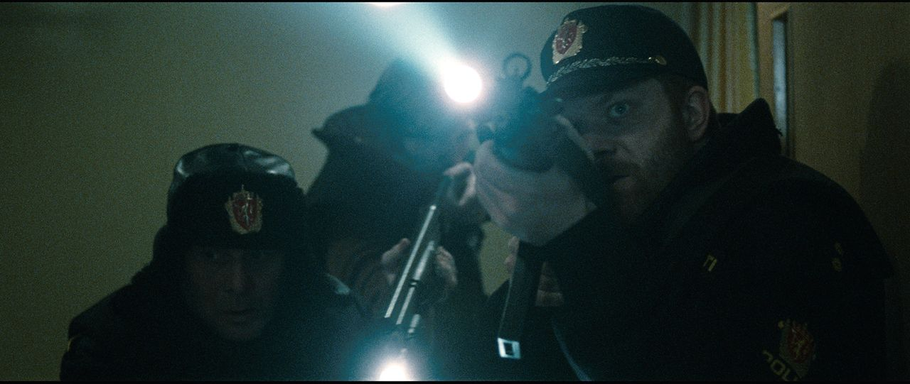 Der Chef der Polizeieinheit Einar (Per Schaaning, r.) und seine Kollegen (Andreas Cappelen, l.) können zunächst nicht glauben, dass der Killer nun...