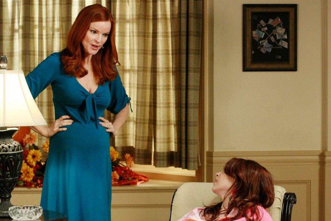Danielle (Joy Lauren, r.) langweilt sich, weil Bree (Marcia Cross, l.) ihr verboten hat, das Haus zu verlassen, damit niemand hinter ihre Schwangers... - Bildquelle: ABC Studios