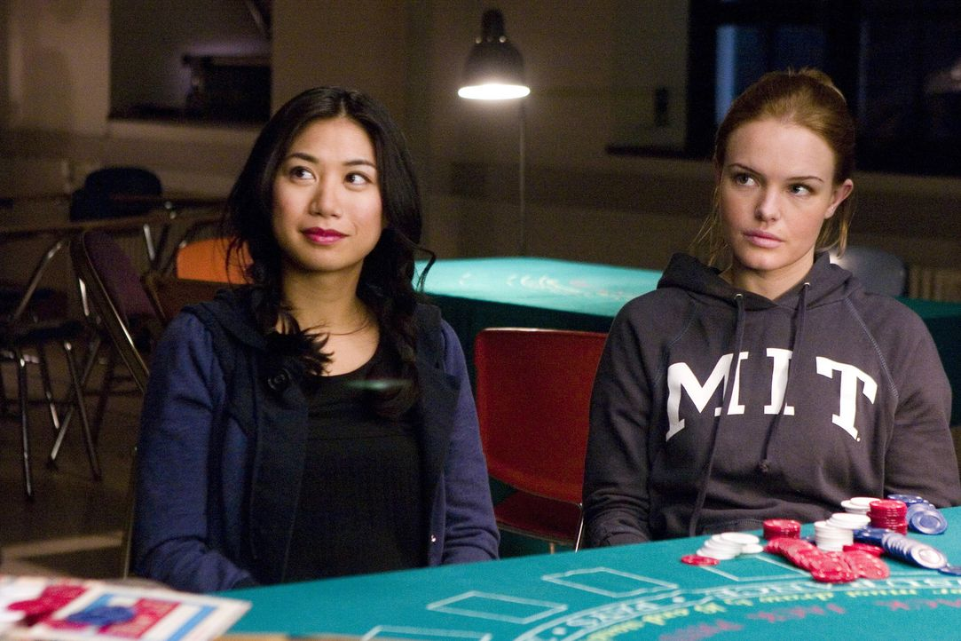 "Die MIT-Studentinnen Jill (Kate Bosworth, r.) und Kianna (Liza Lapira, l.) sind Mitglieder des ""Blackjack Teams"" von Professor Micky Rosa. Er bringt... - Bildquelle: CPT Holdings, Inc. All Rights Reserved."