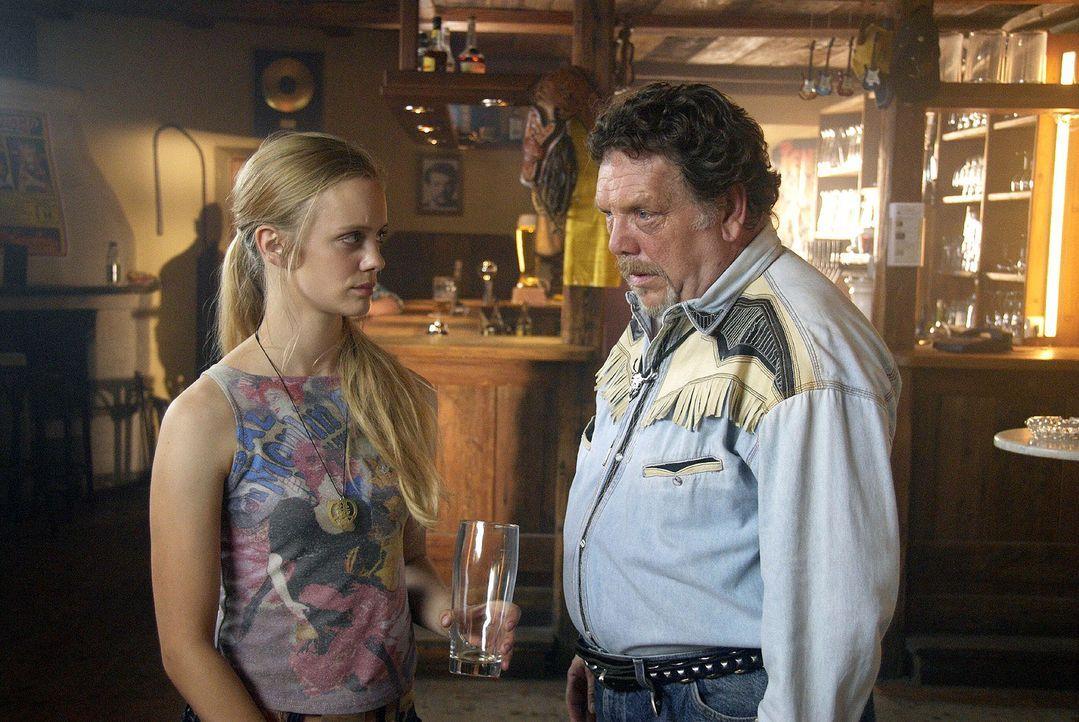Viola (Anne Kanis, l.) und ihr Vater Udo (Heinz Werner Kraehkamp, r.) erfahren, dass Hans Kaminsky tot ist. - Bildquelle: Walter Wehner Sat.1