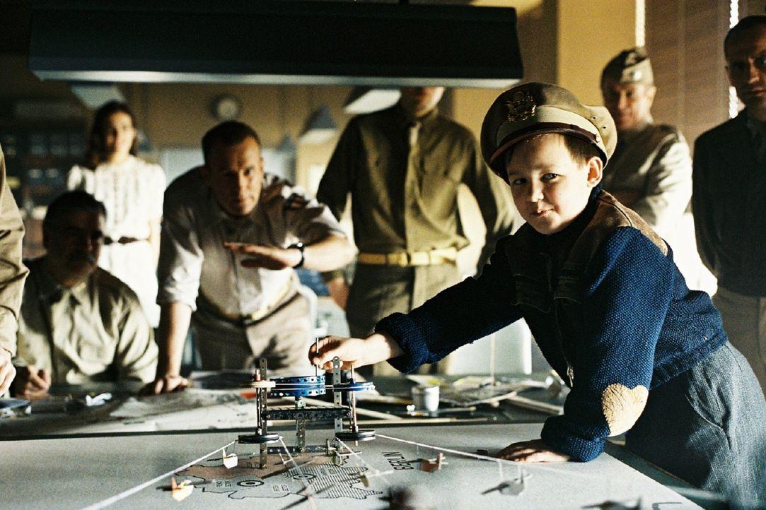 Micha (Leo Natalis, r.) präsentiert stolz das Modell der Luftbrücke, das General Turner (Heino Ferch, hinten Mitte) hat anfertigen lassen. - Bildquelle: Stephan Rabold Sat.1
