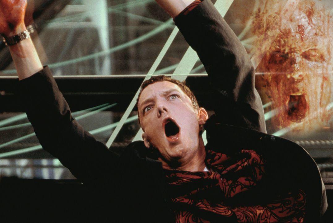 Als Rafkin (Matthew Lillard) erfährt, einige der Glaszellen seien geöffnet, ahnt er sogleich, dass die Geister entkommen sind ... - Bildquelle: 2003 Sony Pictures Television International. All Rights Reserved.