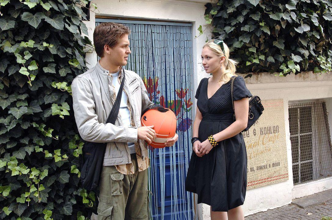 Als Lars (Alexander Klaws, l,) seinen Coffeshop erreicht wartet schon Nancy (Jil Funke, r.) auf ihn. Doch Lars ist über ihr plötzliches Auftauchen n... - Bildquelle: Claudius Pflug Sat.1