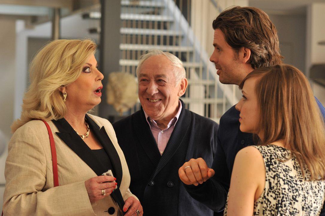 Als Michaels (Steffen Groth, 2.v.r.) Mutter Elvira (Christiane Krüger, l.) erfährt, dass ihr Enkelkind nicht von Anna (Nadja Becker, r.), sondern... - Bildquelle: SAT.1