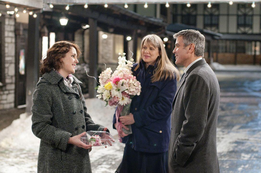 Zunächst kann Ryan (George Clooney, r.) dem Familienleben von seiner Schwester (Amy Morton, M.) und seiner Nichte (Melanie Lynskey, l.) wenig abgew... - Bildquelle: TM and   2009 by DW Studios LLC. All rights reserved.