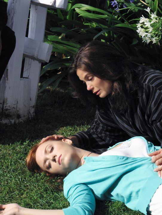 Julie (Andrea Bowen, l.) ist bewusstlos und stranguliert vor dem Haus gefunden worden. Susan (Teri Hatcher, r.) macht sich große Sorgen um ihre Toch... - Bildquelle: ABC Studios
