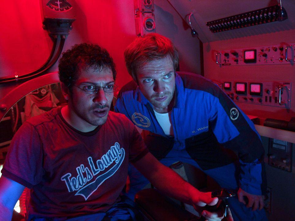 Machen eine schreckliche Entdeckung: Peter (Hubertus Grimm, r.) und Finn (Fahri Ogün Yardim, l.) ... - Bildquelle: Gordon Timpen ProSieben