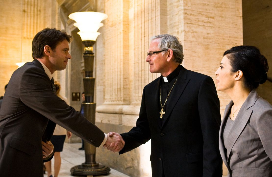 Weder der FBI-Agent Sean Daley (Scott Foley, l.) noch seine Chefin Louisa Acevedo (Claudia Ferri, r.) ahnen, dass Monsignor De Angelis (Victor Garbe... - Bildquelle: 2008 Templar Productions (Muse) Inc. All Rights Reserved