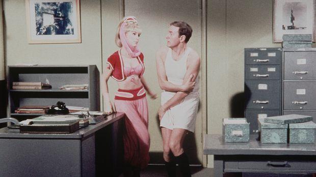 Jeannie (Barbara Eden, l.) und Roger (Bill Daily, r.) beratschlagen, wie Tony...