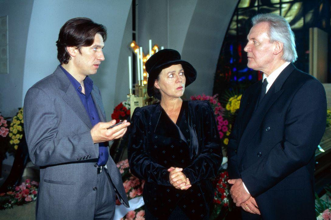 Kommissar Moser (Tobias Moretti, l.) muss die Trauerfeier im Krematorium unterbrechen, um mit Frau Dr. Foltyn (Cornelia Froboess, M.) und ihrem Mann... - Bildquelle: Ali Schafler Sat.1