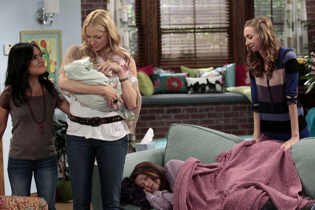 Chelsea (Laura Prepon, 2.v.l.), Olivia (Ali Wong, l.) und Dee Dee (Lauren Lapkus, r.) kümmern sich liebevoll um Baby Sylvia. Zum Dank lädt Sloane... - Bildquelle: Warner Bros. Television