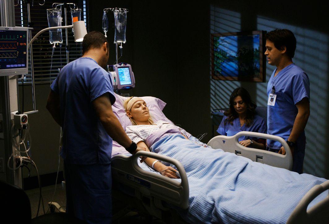 Nach ihrer Operation warten Alex (Justin Chambers, l.), Meredith (Ellen Pompeo, 2.v.r.) und George (T.R. Knight, r.) darauf, dass Izzie (Katherine H... - Bildquelle: Touchstone Television
