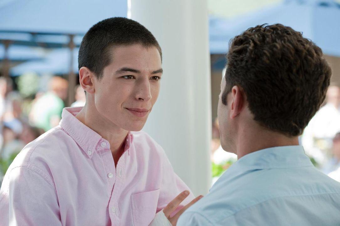 Tucker (Ezra Miller, l.) bittet Dr. Hank Lawson (Mark Feuerstein, r.) um Hilfe, da sein bester Freund unter plötzlichen Müdigkeitsanfällen leidet ..... - Bildquelle: Universal Studios