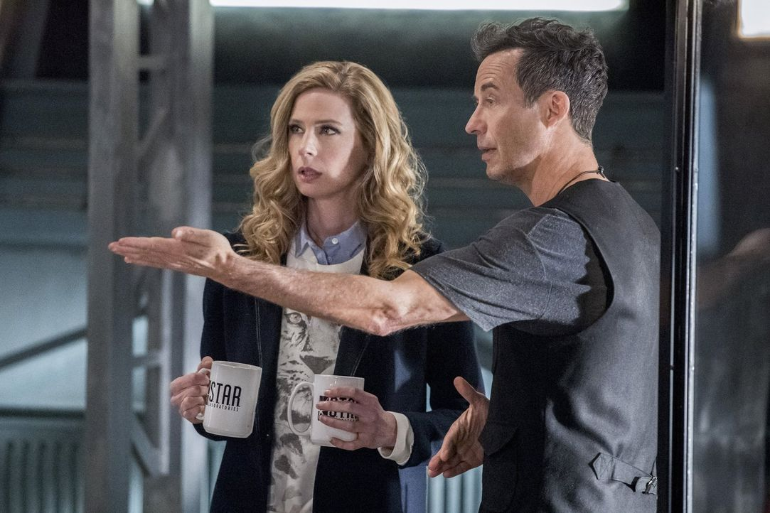 H.R. (Tom Cavanagh, r.) macht Tracy (Anne Dudek, l.) ein Angebot, um sie länger an S.T.A.R. Labs und vor allem an sich zu binden ... - Bildquelle: 2016 Warner Bros.