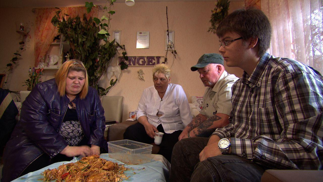 Tante Doris (2.v.l.), Vater Peter (2.v.r.) und ihr Freund Egon (r.) - alle sind besorgt um Eileen (l.), der nichts zu peinlich ist, um günstig an i... - Bildquelle: SAT.1
