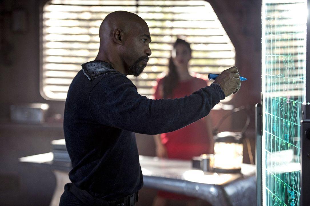Während Pike (Michael Beach) sich mit den nächsten Kriegshandlungen beschäftigt, macht Raven eine erstaunliche Entdeckung ... - Bildquelle: 2014 Warner Brothers