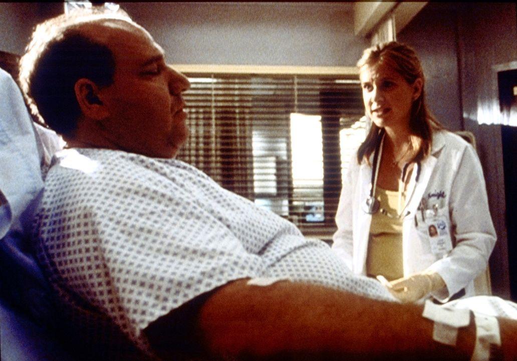 Lucy (Kellie Martin, r.) soll bei Mrs. Savage (Alan Blumenfeld, l.) einen Zugang legen. Verzweifelt muss sie zugeben, dass sie keine Vene findet. - Bildquelle: TM+  2000 WARNER BROS.