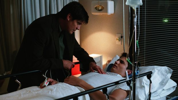 Dan (Paul Johansson, l.) macht sich große Sorgen um Nathan (James Lafferty, r...