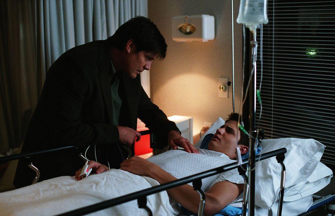 Dan (Paul Johansson, l.) macht sich große Sorgen um Nathan (James Lafferty, r.), der auf dem Spielfeld zusammen gebrochen ist ... - Bildquelle: Warner Bros. Pictures