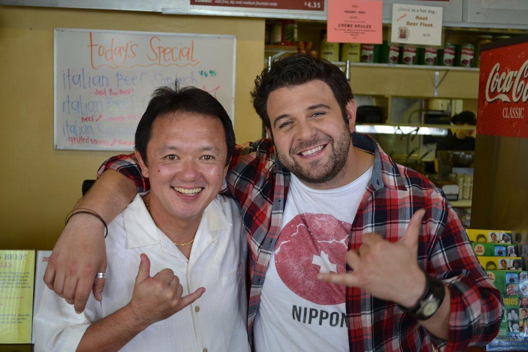 Nicht nur Adam (r.), auch Gast Hiroshi Fukui (l.) ist vom Hotdog im Hank`s auf Hawaii sehr angetan ... - Bildquelle: 2011, The Travel Channel, L.L.C. All Rights Reserved.