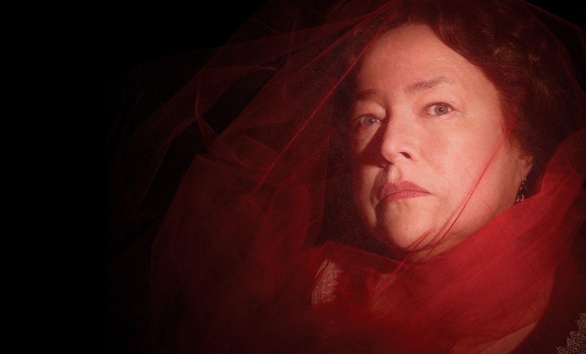 (3. Staffel) - Wird die sadistische Madame Delphine LaLaurie (Kathy Bates) jemals der Hexe entgehen können, die ihren Tod so sehnlichst herbeiwünsch... - Bildquelle: 2013-2014 Fox and its related entities. All rights reserved.
