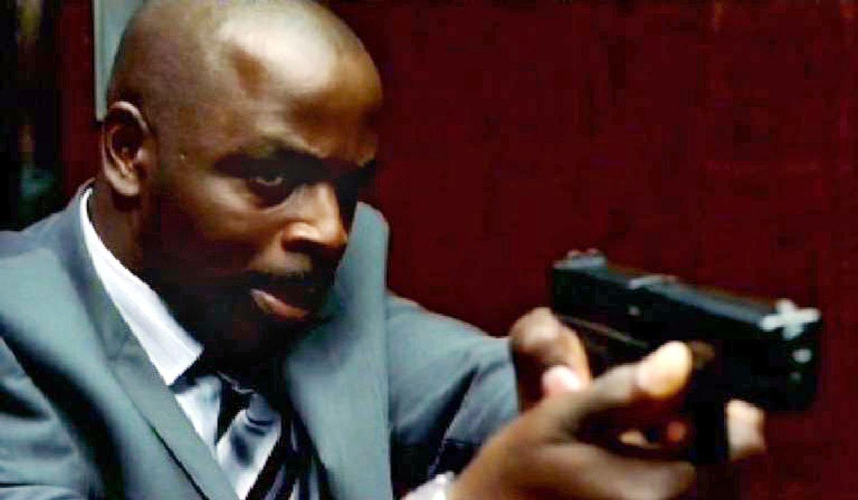 Agent David Sinclair (Alimi Ballard) lässt sich als Geisel nehmen, um einer unschuldigen Frau zu helfen. - Bildquelle: Paramount Network Television