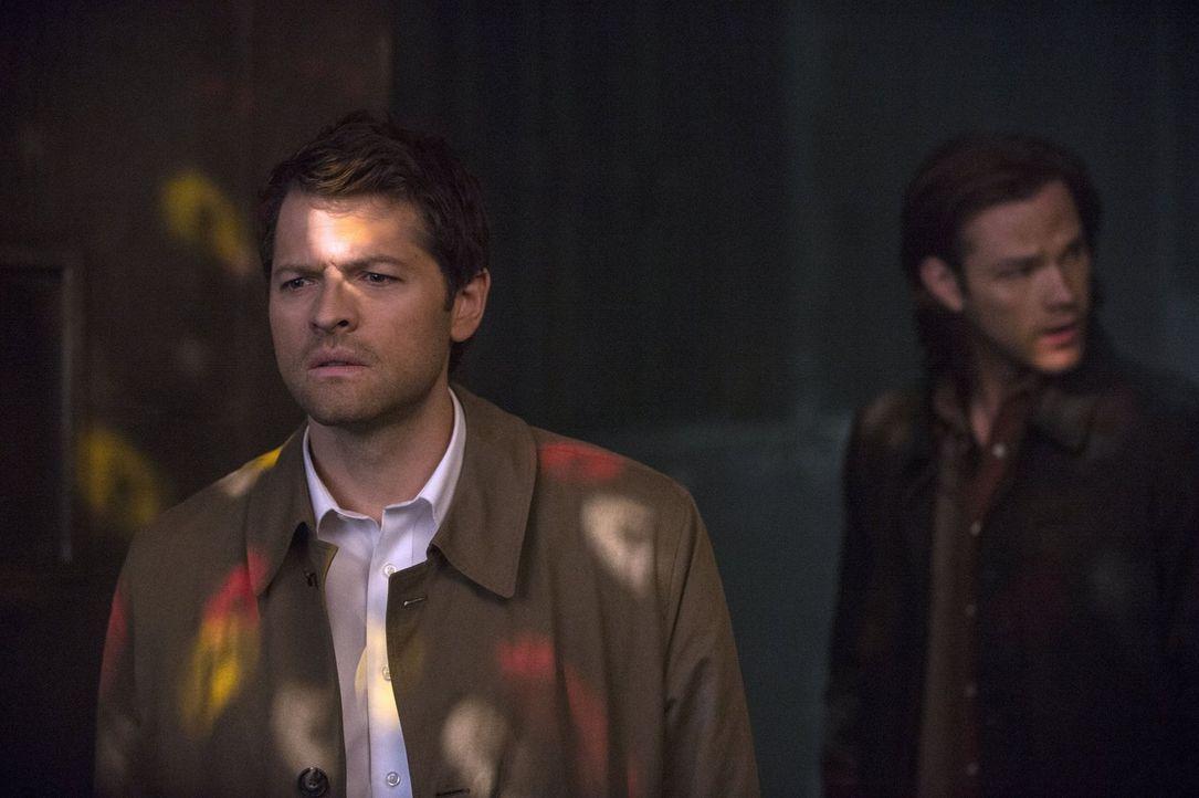 Castiel (Misha Collins, l.) bestärkt Sam (Jared Padalecki, r.) in seiner Vermutung, dass Dean sich durch die Klinge verändert ... - Bildquelle: 2013 Warner Brothers